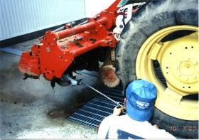 大型トラクターの洗浄殺菌